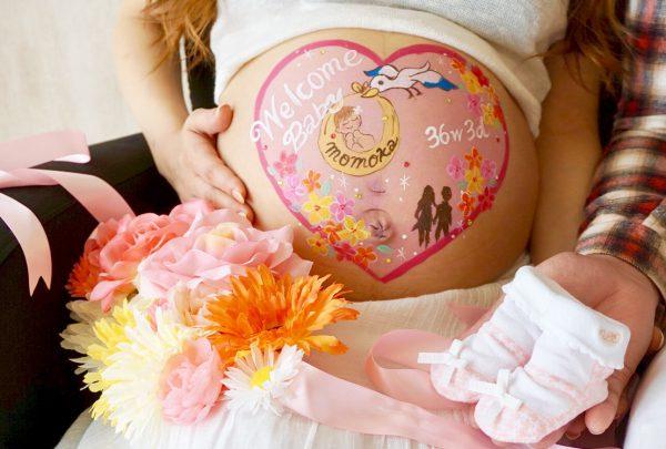 コウノトリ×ハート×お花のアートで赤ちゃんへの気持ちを表すデザイン♡
