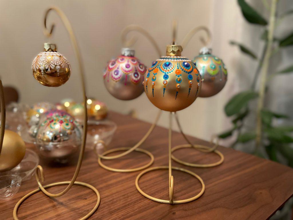 色とりどりのデザインがかわいいクリスマスオーナメント