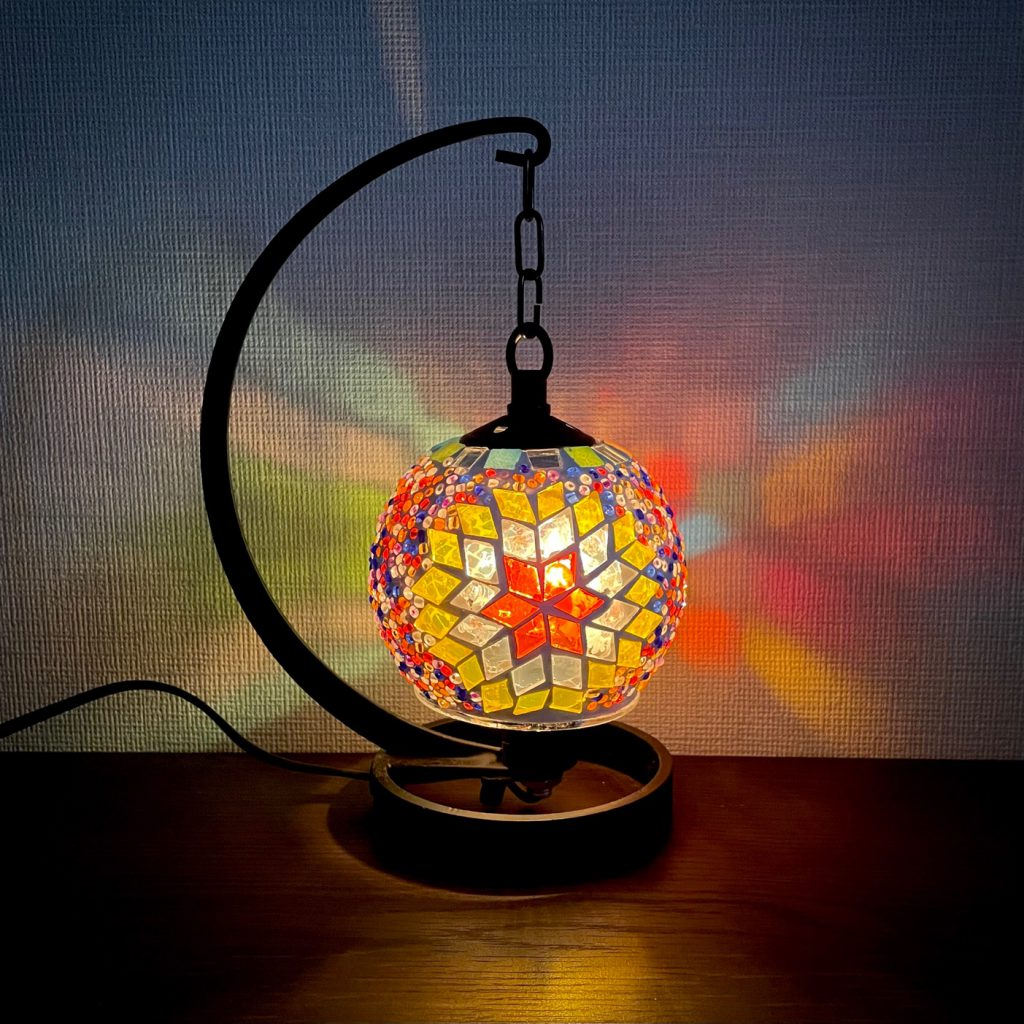 色とりどりのガラスを使って作るランプ